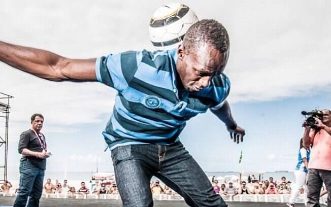 Na sexta-feita, Bolt mostrou a sua habilidade  com a bola quando foi conferir a pista da corrida  em Copacabana