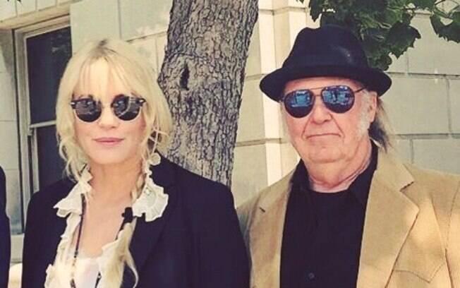 Neil Young confirma que está casado com a atriz e diretora Daryl Hannah em publicação em seu site oficial
