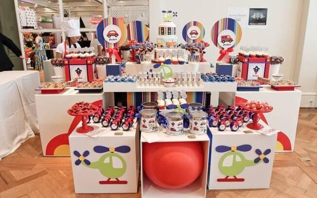 Mesa posta para uma festa infantil com tema