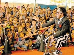 Cômico. Palhaço Bilu é escolhido para animar a plateia em um pequeno e tradicional circo