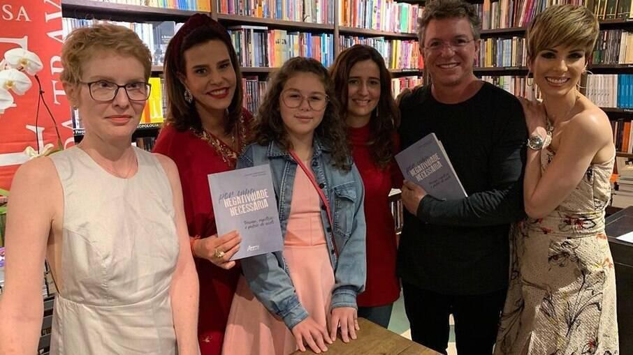 Rara foto em que Narcisa, a filha, Marianna, Boninho e a atual esposa dele, Ana Furtado, aparecem juntos. Registro foi feito no dia do lançamento do livro de Marianna.