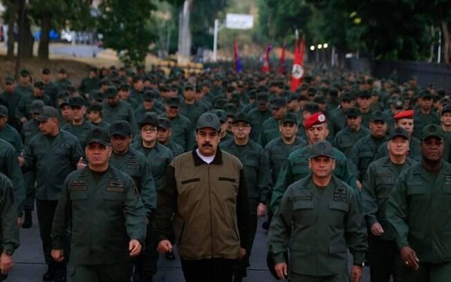 Maduro marchou ao lado de militares na tarde desta quinta-feira (2) para demonstrar apoio