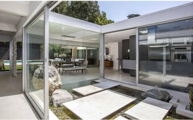 A casa do ator, que ganhou vários fãs com o filme Cinquenta Tons de Cinza, é estilosa e aproveita a luz do sol