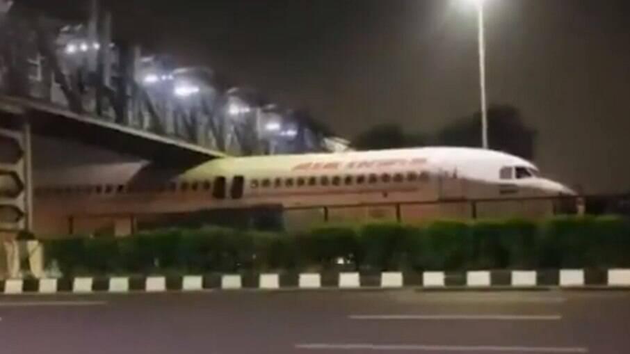 Avião da Air India preso embaixo de passarela