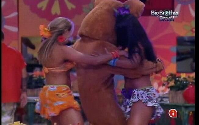 Kelly e Fabiana dançam com o ursinho