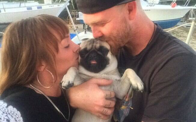 Casal Tanner Broadwell e Nikki Walsh e Remy, o cachorro de 2 anos