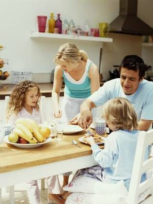 Pesquisa não encontra relação entre refeições em família e sucesso acadêmico e bom comportamento das crianças