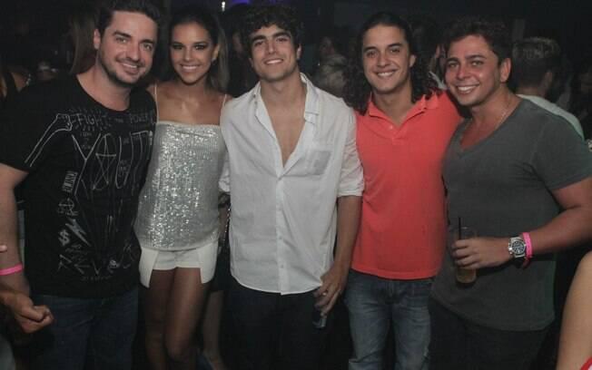 Caio Castro entre Mariana Rios e Guilherme Boury