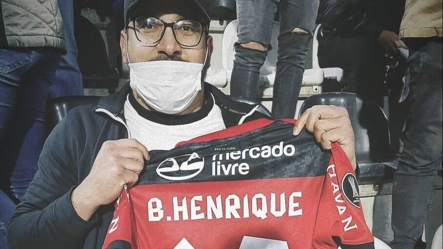 Torcedor do Olimpia foi presenteado com a camisa de Bruno Henrique