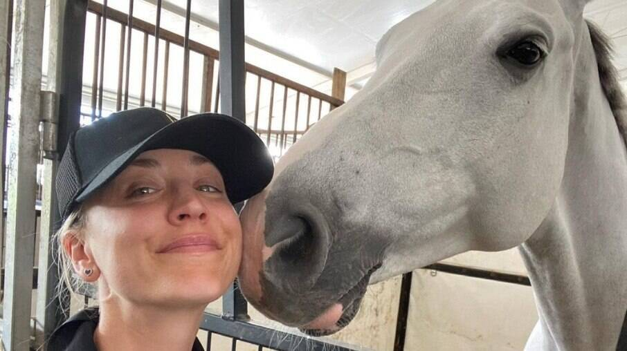 Kaley Cuoco quer comprar cavalo que apanhou nas Olimpíadas