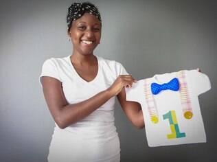 A designer Livia Albuquerque com a camiseta de palhaço pronta
