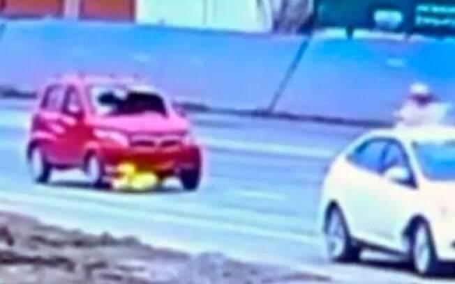 Mulher sofreu apenas ferimentos leves depois de ser arrastada por carro na China