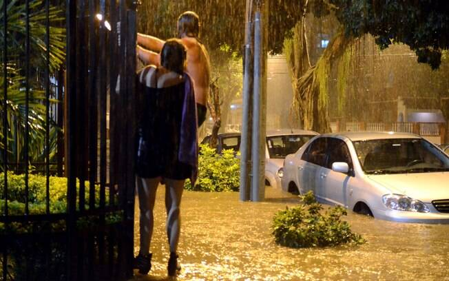 Moradores tentam escapar de alagamento na Avenida Paula Souza, no bairro do Maracanã, no Rio