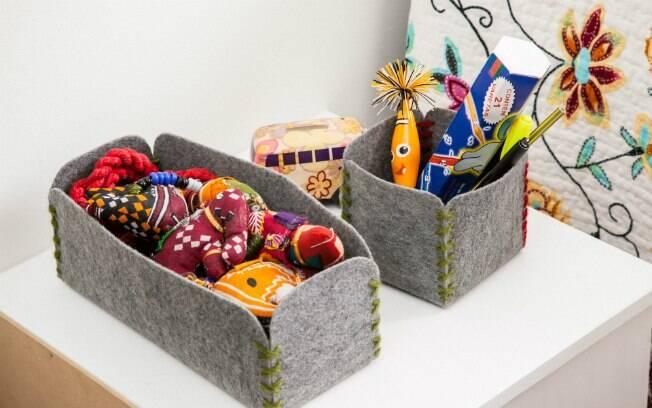 De maneira fácil e criativa, a artesã Fernanda Nobre ensina a confeccionar três tamanhos diferentes de caixas para organizar a bagunça das crianças. Saiba como