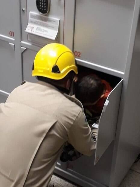 Bombeiro resgata menino que estava preso em um guarda-volumes