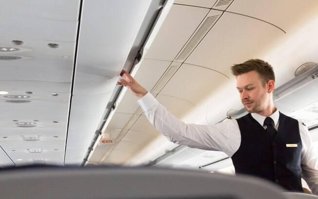 Comissário de bordo sofre homofobia em voo