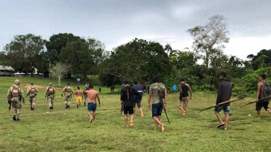 Agentes de segurança em diligência na comunidade de Palimiú, em Roraima