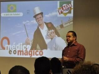 Bill Morélix é o personagem encarnado pelo médico Arnóbio Moreira para incentivar jovem elenco do Coelho