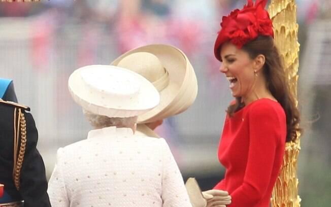 Kate se diverte no encontro com a Rainha Elizabeth e Camila Parker-Bowles na comemoração do Jubileu