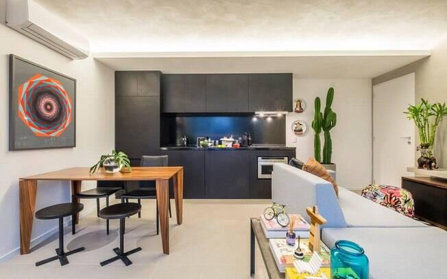 Se você deseja mais espaço social na casa, uma solução é unir a cozinha à sala. Você pode ou não optar por usar uma bancada