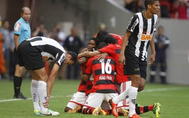 Jogadores do Flamengo comemoram um dos gols  da vitória sobre o Atlético-MG