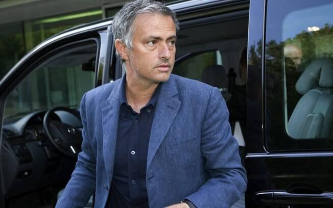 Mourinho chega para prestar depoimento à Uefa  nesta sexta-feira