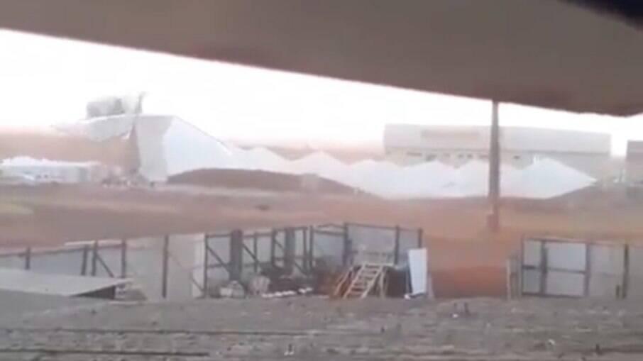 Estrutura montada para cerimônia foi derrubada após ventos fortes atingirem o local