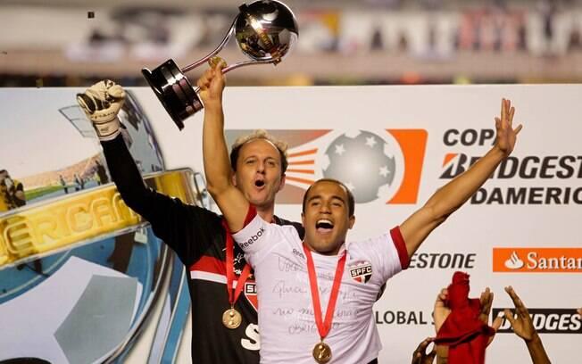 Ao lado do jovem meia, que se despedia do São  Paulo, comemora o título da Sul-Americana