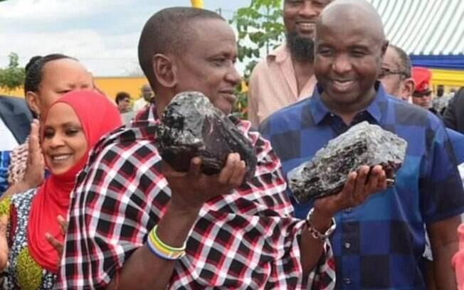 Saniniu Laizer comemora sua descoberta em um evento comercial na região de Manyara, norte da Tanzânia