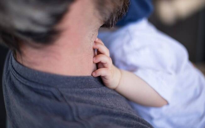 Depois de ter dito que a lesão foi provocada acidentalmente, o pai confessa, bêbado, que ele teria agitado o bebê