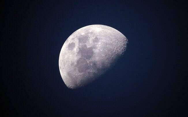 A água foi descoberta na parte da superfície lunar que é iluminada pelo Sol