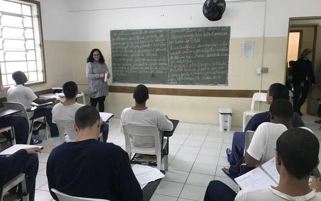 Internos durante aula com a professora Elaine, na unidade Brás