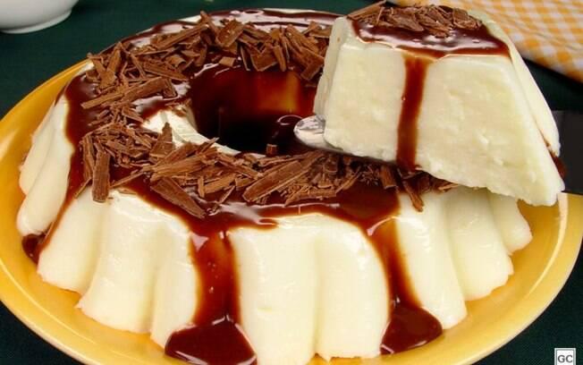Manjar com calda de chocolate: sobremesa fácil e prática