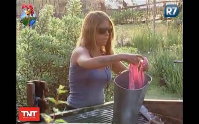 Raquel lava suas peças íntimas