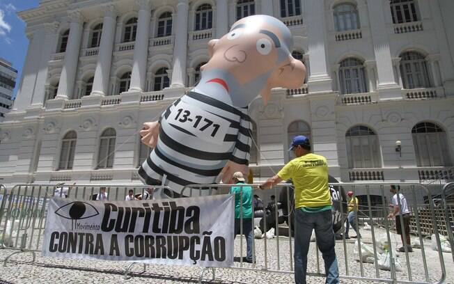Protesto na Praça Santos Andrade, em Curitiba, no Paraná. Foto: Rodrigo Félix Leal/Futura Press - 13.12.15