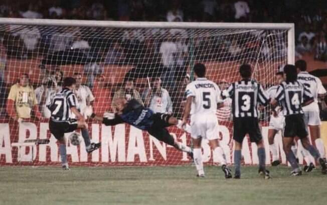 Santos x Botafogo de 1995 será transmitido por Band e Globo no mesmo dia