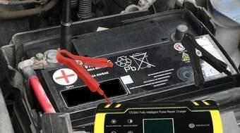Evite sufoco com bateria do carro descarregada