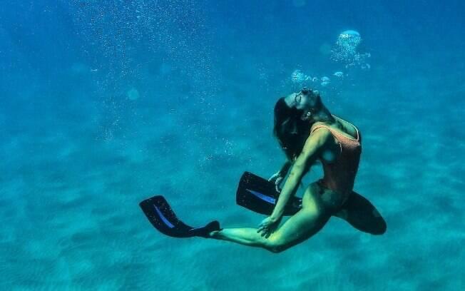 Sereia! Giovanna Ewbank em Noronha curtindo um mergulho