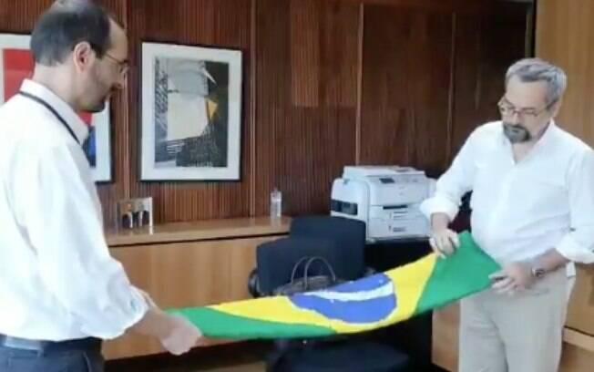Weintraub posta vídeo dobrando bandeira do Brasil e diz que foi último ato no MEC