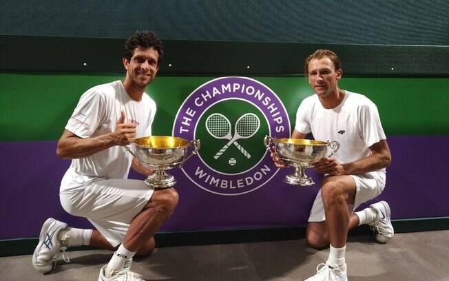 Marcelo Melo e Kubot com o troféu de Wimbledon