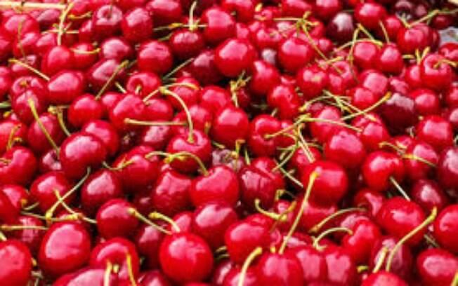 As cerejas entram na lista de frutas e verduras que possuem caroços, folhas e cascas toxicas para os cães.