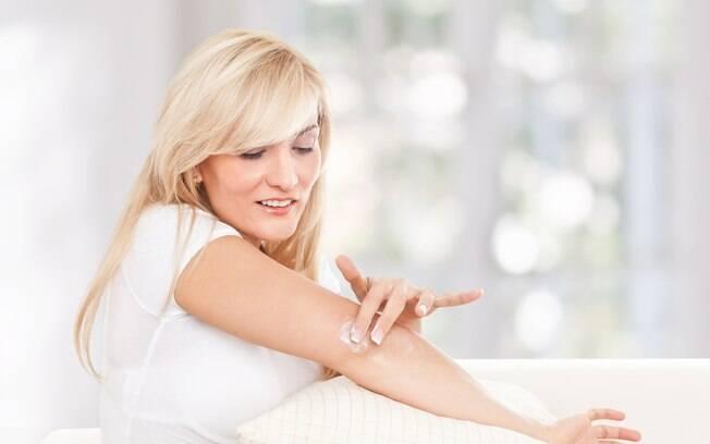 As mãos, cotovelos, pescoço e colo não devem ser esquecidas, pois a pele nessas regiões também envelhecem