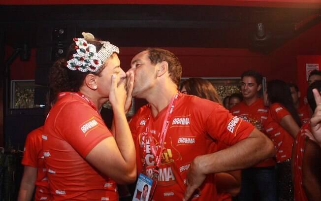 Edmundo e David Brazil fingem beijo e divertem os convidados do camarote Brahma na Sapucaí