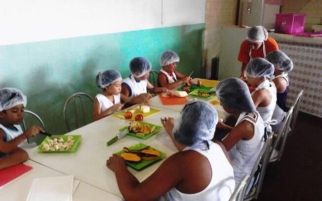 Crianças e jovens têm aula de culinária no Instituto Movere