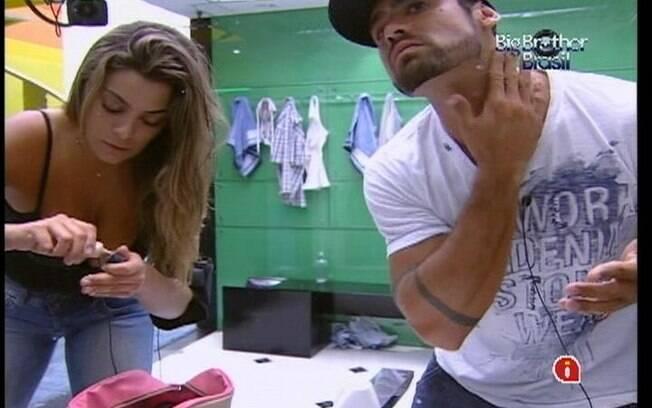 Monique e Yuri se arrumam para a viagem até Recife