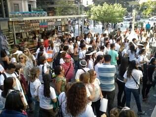 Servidores municipais da saúde e do serviço social protestam na tarde desta quinta-feira (15) na praça Sete
