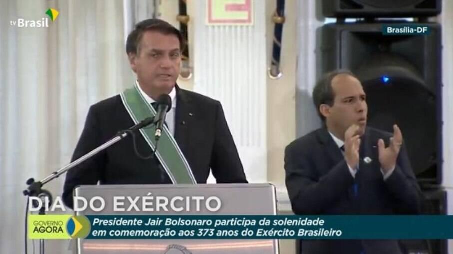 Bolsonaro em cerimônia do Exército nesta segunda-feira (19)