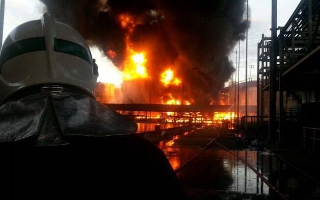 Equipes dos Bombeiros seguem trabalhando em incêndio na Alemoa, em Santos