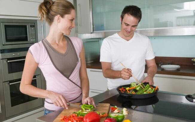 Fazer o almoço juntos pode ser uma ótima maneira de inserir o parceiro na divisão de tarefas
