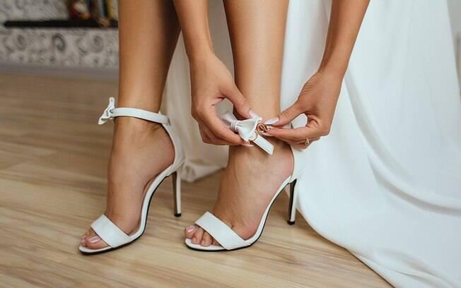 A responsável por fazer a personalização nas solas dos sapatos da noiva disse participar do caso foi emocionante